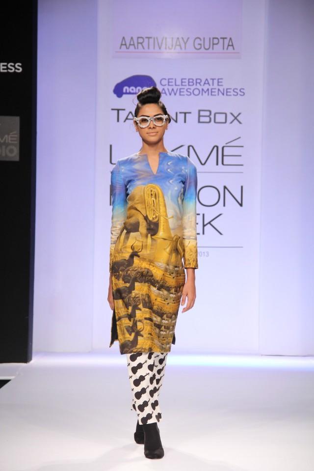 Models showcasing Aarti Vijay Gupta's collection at LFW Winter Festive 2013 (5)